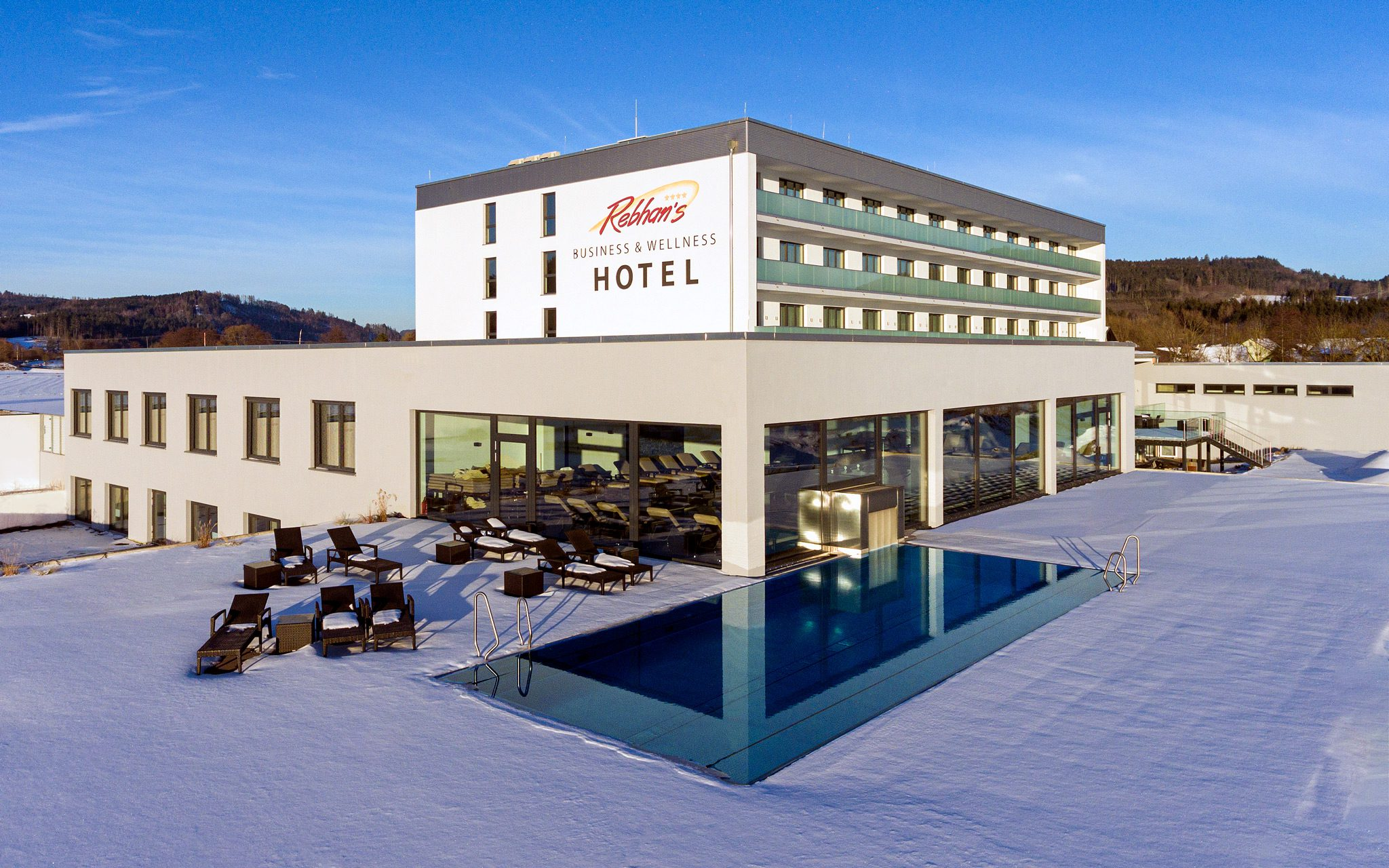 Hotel Rückseite mit Poolbereich